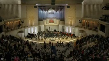 People gather before symphony orchestra concert, time lapse — Vídeo de stock