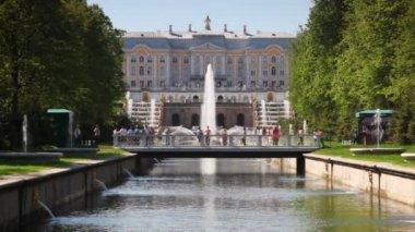Royal Petrodvorets, footbridge and fountain — Stock Video