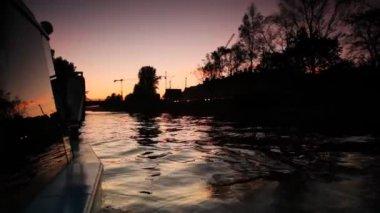 Barco flutuando no rio iluminado céu noturno — Vídeo Stock