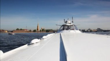 Hydrofoil vessel Meteor floats Neva River to bank with Peter and Paul Fortress — Stock Video