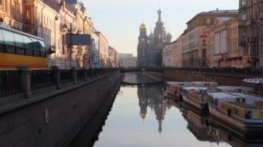 River channel with boats and Church of Savior on Spilled Blood far away — Stock Video