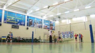 Los jóvenes jugar al voleibol en la Universidad estatal rusa — Vídeo de Stock