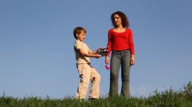 Garçon avec clap se tient devant la mère sur l'herbe — Vidéo