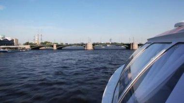 Hovercraft floating rapidly under Brokerage bridge on Neva River in direction of Petropavlovskaya Fortress — Stock Video
