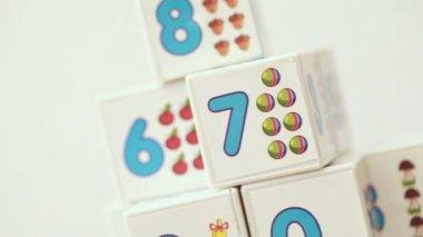 Traning fija cubos con número para los niños ese desplazamiento — Vídeo de Stock