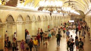 Many people go inside subway station Komsomolskaya — Стоковое видео