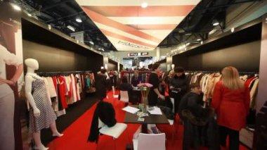 Bezoekers in het paviljoen van oostenrijk op cpm collectie premiere in expo center — Stockvideo