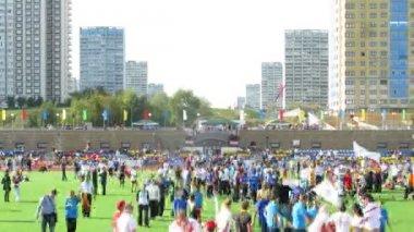 Deltagare i stora tävlingar på stadion yantar i strogino — Stockvideo