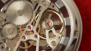Déplacer les engrenages à l'intérieur fonctionne le mécanisme d'horlogerie — Vidéo
