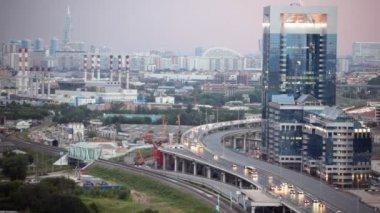 Carros na estrada, perto de centro de negócios internacionais da torre norte de Moscou — Vídeo stock