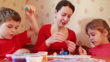 Woman learn children sculpt from plasticine — Stock Video