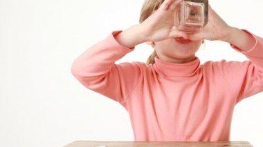 Beber água da menina obediente e então bater — Vídeo Stock