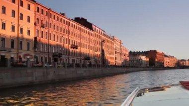 Maison au canal illuminé par le soleil couchant au centre saint-pétersbourg — Vidéo
