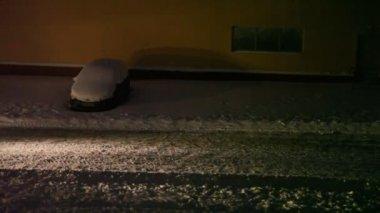 Traktor rengör snö på gatan — Stockvideo