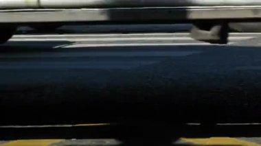 Yol asfalt ağır kamyon yoldan sonra üzerine ıslak olur — Stok video