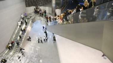 People moves on escalators in hall — Stock Video