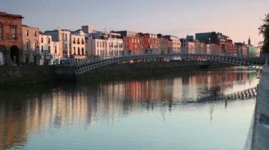 People are crossing the Ha'penny Bridge — Stock Video