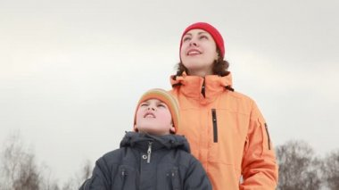 Mom and son watching sky — Stock Video