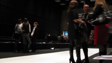 Workers dismantle stage after Russian Fashion Week — Stock Video