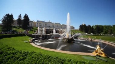 Square with fountain Samson in front of Royal Petrodvorets — Vídeo stock
