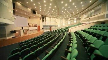 Pusta sala kongresowa z zielonych miejsc i dużym ekranie — Wideo stockowe