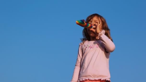 Petite fille a sauté dans la soufflerie parti sur ciel — Vidéo