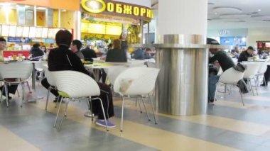 Ludzie zjeść w hipermarket auchan — Wideo stockowe