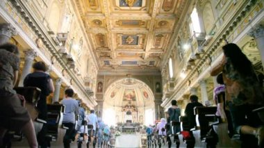Tourists are present on church service at Papal Basilica of Saint Mary Major — Stock Video