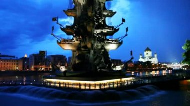 Illuminated monument to Peter Great and fountains in Moscow River — 图库视频影像