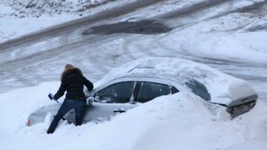 Woman try to dig out her car after snow storm — Stock Video