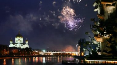 Bright fireworks erupt between monument Peter Great and Cathedral of Christ Savior — Stock Video