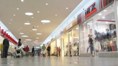 People pass through passage in Auchan hypermarket — Stok video