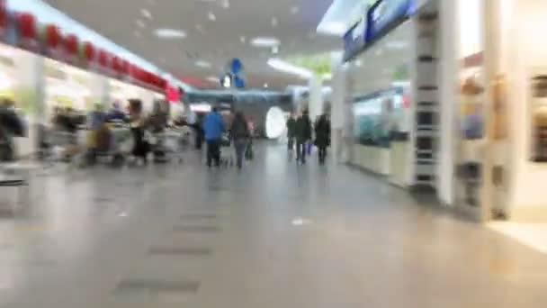Marcher le passage lumineux hypermarché creux — Vidéo