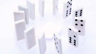 Dominoes with black dots stand vertically aligned in circle and rotate — Stock Video