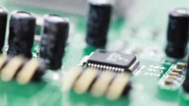 Desky s plošnými spoji s rádiových komponent se otáčí ve směru hodinových ručiček — Stock video