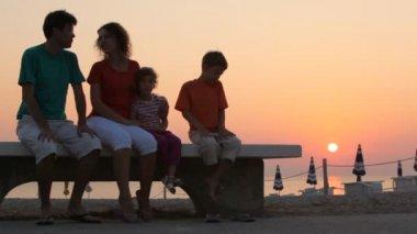Mamma och barn och far sitter på bänken — Stockvideo