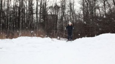 молодой мальчик сползают вниз на лыжах от сноу-хилл — Стоковое видео