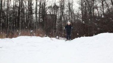 Genç çocuk slayt aşağı snow hill kayaklar üzerinde — Stok video