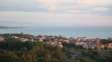 Bir sahil kasabası olan üstten görünüm — Stok video