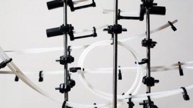 Rodillo de una bola a través de construcción super con muchas palancas — Vídeo de stock