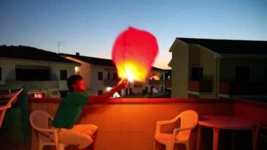 Hombre hacer una especie de globo volador — Vídeo de Stock