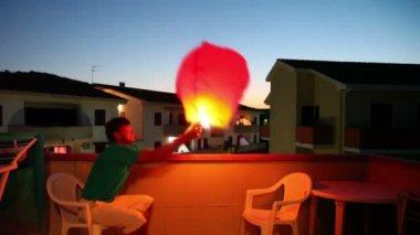 Homem fazer algum tipo de balão voador — Vídeo Stock