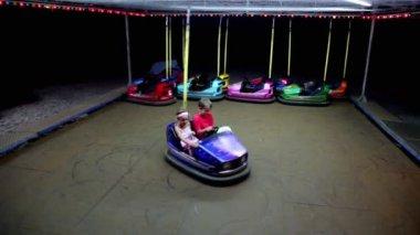 I due ragazzi guidare auto blu elettrica — Video Stock