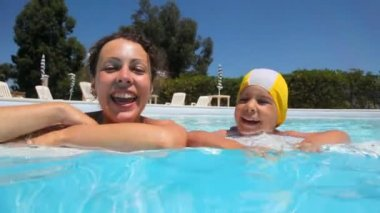 Mother and daughter are in the pool — Stock Video