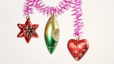 Christmas-tree decoration swing on purple tinsel on white — 图库视频影像