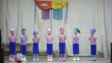 Kinderen in kabouters gekostumeerd verschijnen op het podium — Stockvideo