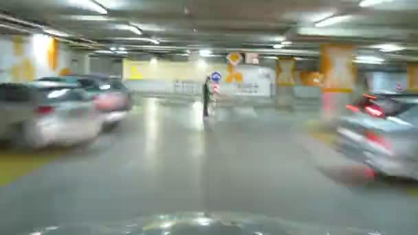 Promenade en voiture dans un parking en hypermarché — Vidéo