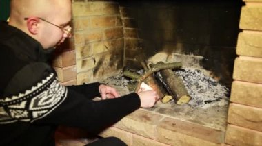Man kindle fire in fireplace — Stock Video