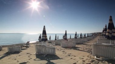 Many parasols and deckchairs standing on beach — Stock Video
