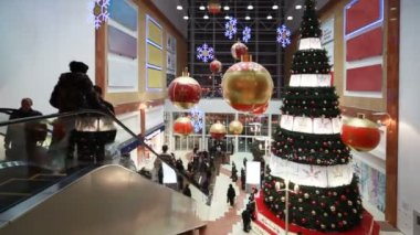 People move near big Christmas tree in shopping mall Golden Babylon — Stock Video